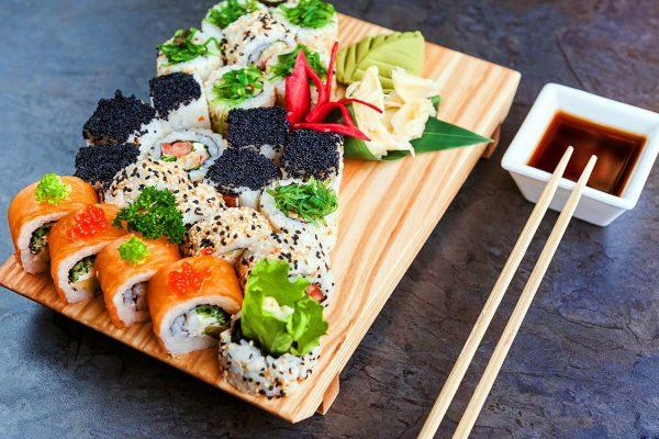 sushi-rolly-doska-palochki-ryba-ikra-moreprodukty